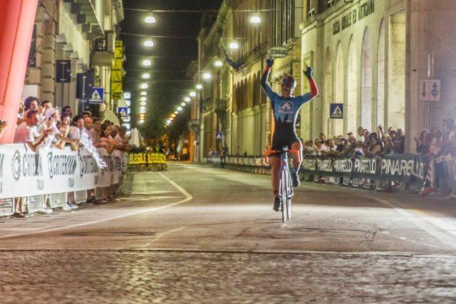 L'arrivo vittorioso di Emanuele Poli - Foto E.Barbaro