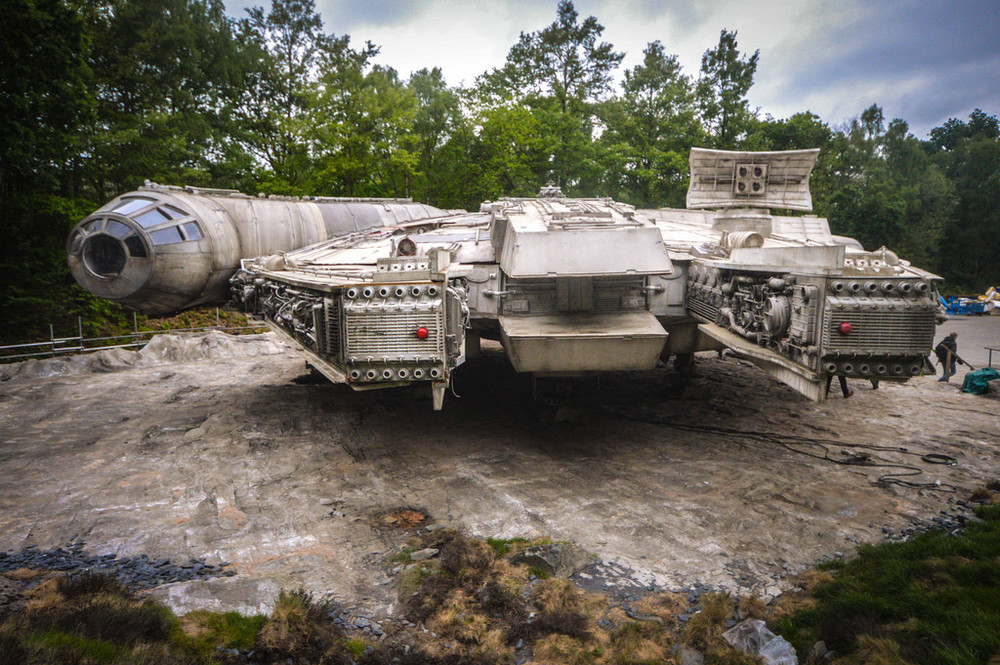 STAR WARS: EPISODE VIII: Detailed Set Photos of The Millennium Falcon