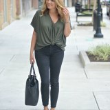 cute fall style - twist front top with black skinny jeans | www.fizzandfrosting.com