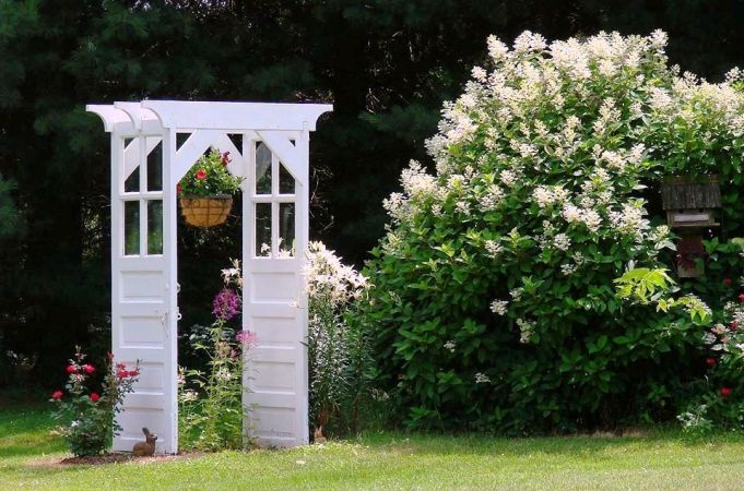 A full view of this arbor area,...look how big the hydrangea is!