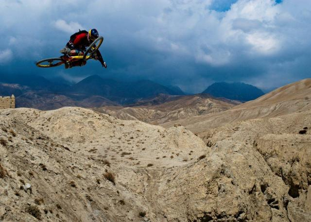 Darren Berrecloth im Überflug von Nepal (Foto: Blake Jorgensen) - Where the trail ends