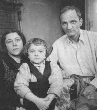 Последняя-фотография-Андрея-Платонова-с-женой-и-дочерью.-Москва.-1950-г.