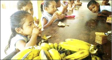 Alunos-da-rede-municipal-comendo-banana-farinha-e-bolacha-na-merenda-escolar