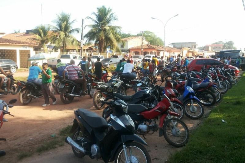 Muitas pessoas estão em frente à delegacia do município, curiosos com a prisão do prefeito Ailson Amaral, seus irmãos e ex-secretários. Foto: WhatsApp/Diário do Pará