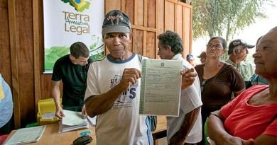 Entrega de títulos de terra a agricultores em Porto Velho, Rondônia. Depois de cinco anos, o programa só regularizou 15% das terras que planejava legalizar (Foto: Naiara Pontes/MDA)