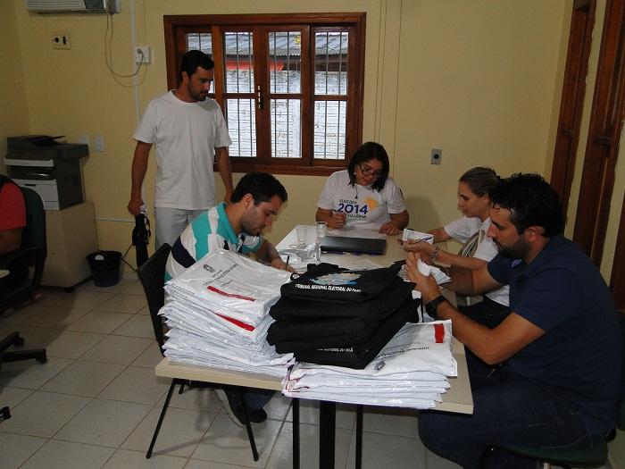 Dra. Elaine Neves de Oliveira , Juíza da  91º  zona eleitoral de Novo Progresso coordenando os trabalhos da apuração das eleições 2014 (Foto- Juliano Simionato - Jornal Folha do Progresso)