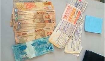 Foram-apreendidos-em-torno-de-R-10-mil-entre-cheques-e-dinheiro-em-espécie