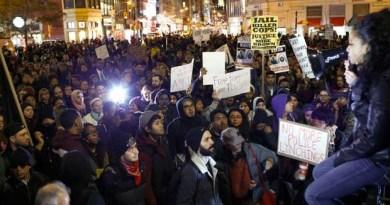 Pessoas protestam em Nova York contra o arquivamento do caso de um policial que matou um jovem negro em Ferguson, no Missouri. (Foto: Eduardo Munoz / Reuters)