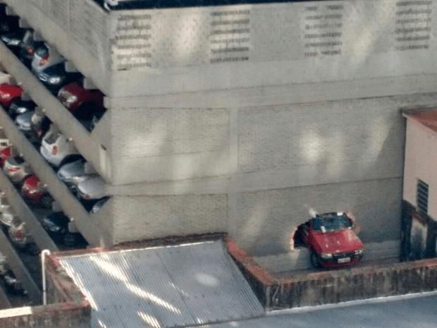 Carro atravessa parede de edifício-garagem em Porto Alegre (Foto: Regis Borges/Arquivo Pessoal)