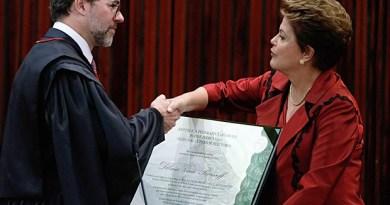 Presidente do TSE, ministro Dias Toffoli, cumprimenta a presidente Dilma Rousseff ao entregar o diploma que a autoriza a tomar posse em seu 2º mandato (Foto: Eraldo Peres/AP Photo)