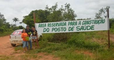 Donizete Duarte sinalizando area para construção de um post de saúde com faixa