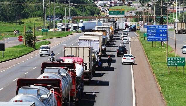 manifestacao-de-caminhoneiros-no-pedagio-de-araponga-pr-na-br-369-neste-domingo-22-1424703594559_635x363