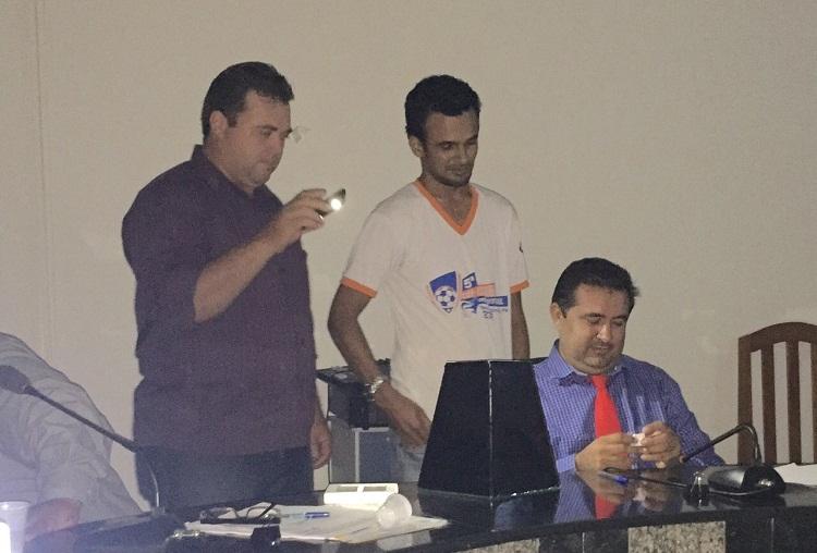 Funiconário da Camara sinalizando com energia do celular para contagem dos votos