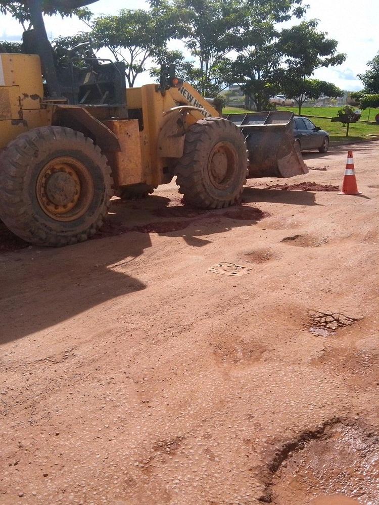 Maquina da Prefeitura jogando terra em buracos