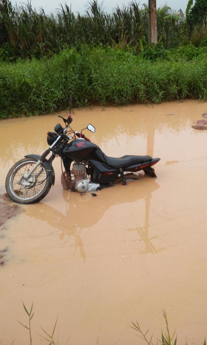 Motociclista abandona veiculo dentro da lama na rua próximo ao lago municipal