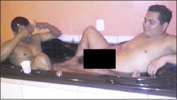 Flagrante-mostra-vereador-Janisson-e-outra-pessoa-dentro-de-uma-banheira-completamente-nus