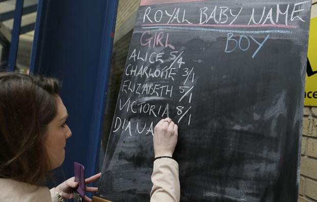Apostas sobre o nome da nova princesa são feitas em frente ao hospital St Mary's após o anúncio do nascimento de uma menina. Alice é o nome mais apostado (Foto: Tim Ireland/Reuters)