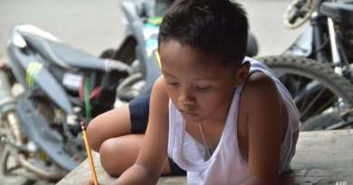 """Foto: AFP: Daniel Cabrera ficou famoso nas Filipinas depois de ser """"flagrado"""" estudando na calçada© Copyright British Broadcasting Corporation 2015 Daniel Cabrera ficou famoso nas Filipinas depois de ser """"flagrado"""" estudando na calçada"""