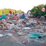 Moradores saqueiam mercadorias que caíram de uma carreta, após um acidente