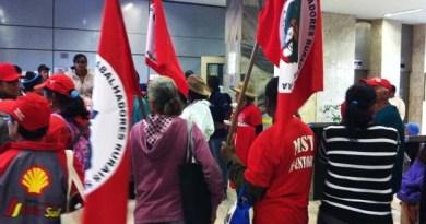 Integrantes do MST ocupam o saguão do prédio do Ministério da Fazenda (Foto: Gabriel Luiz/G1)