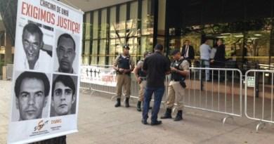 Cartaz com foto dos servidores mortos na chacina de Unaí