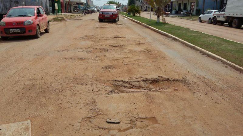 Avenida central - pavimentada se acabando sem manutenção