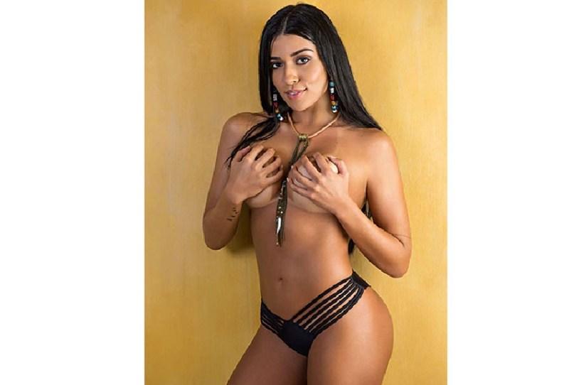 Aos 25 anos, Cintia aparece de topless em capa de publicação e com um bronzeado de tirar o fôlego. (Foto: Divulgação)
