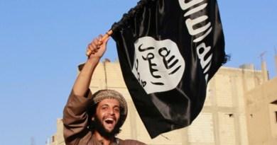 militantes-islamico-balanca-bandeira-do-estado-islamico-em-raqqa-na-siria-1448584858467_615x300
