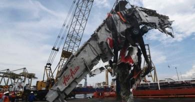Partes do avião da AirAsia chegam a porto em Jacarta, na Indonésia (Foto: Reuters/Antara Foto/Zabur Karuru)