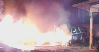 Viaturas da PM ficaram destruídas. Foto: Marcos Onias/RBATV