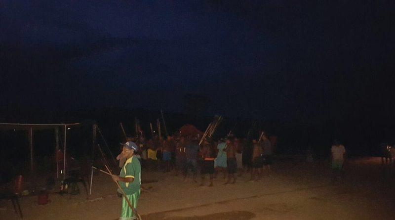Índios reunidos em dança tradicional