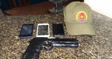 arma e celulares encontrada com os meliantes.