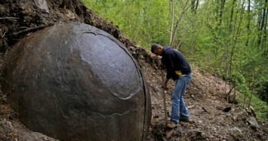 Arqueologos bosnios dizem acreditar que pedra e a mais antiga criada pelo homem tese e refutada por especialistas.