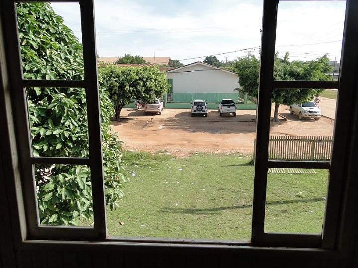 Foto retirada de dentro do Chalé mostra a frente à escola Tancredo Neves.