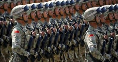 Soldados do Exército Popular da China (Foto: Damir Sagolj / Reuters)