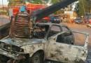 Motorista perde controle, atinge poste e carro pega fogo na BR-163