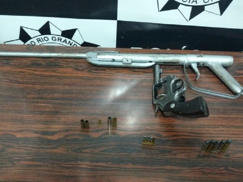Armas foram apreendidas na casa de um dos suspeitos (Foto: Polícia Civil/Divulgação)