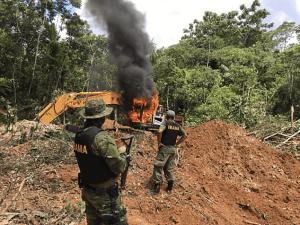 Ibama destrói escavadeira de garimpo avaliada em R$ 500 mil dentro da Terra Indígena Parque do Aripuanã (MT)