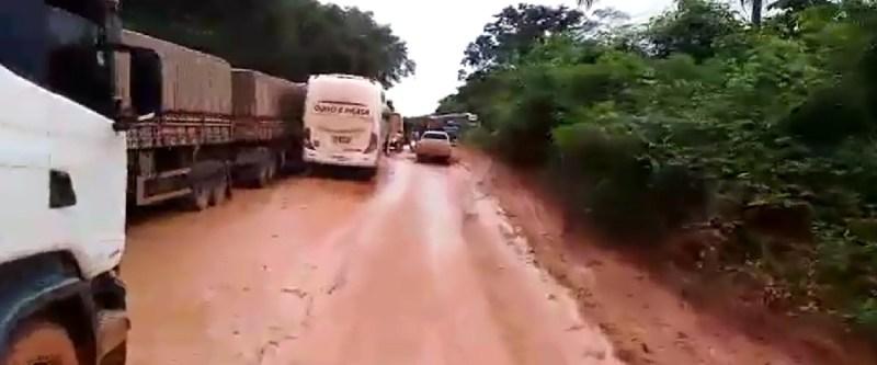 Ônibus da empresa ouro e prata também teve dificuldade para passar