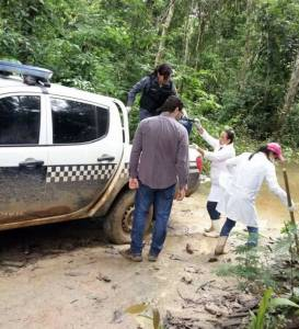 Foto fornecida pela Polícia Civil de Colniza mostra o trabalho de remoção dos corpos.