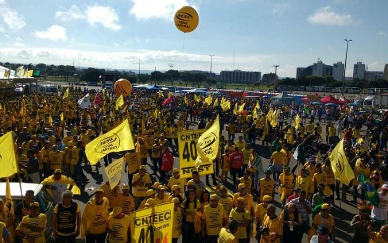 Nova Central Sindical dos Trabalhadores se reúne no estacionamento do estádio Mané Garrincha em ato contra o governo de Michel Temer (Foto: Beatriz Pataro/G1)