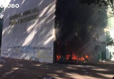 Manifestantes depredam ministérios e colocam fogo no prédio da Agricultura;veja fotos