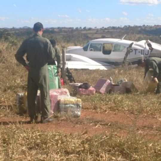 Avião com 634kg de cocaína é interceptado em Jussara, Goiás (Foto: Divulgação/PM)