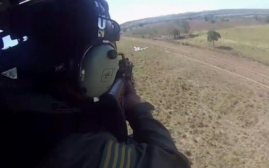 Vídeo mostra policiais se aproximarem de avião com mais de 500 kg de cocaína em Jussara