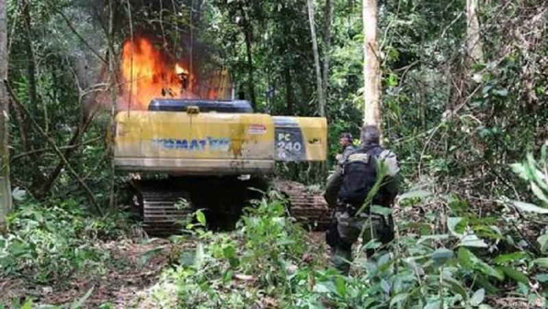 Maquina encontrada ao meio a floresta Jamanxim incendiada pelo Ibama.