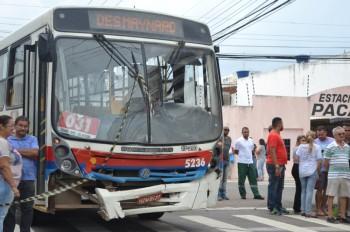 Ônibus se envolveu no acidente (FOto Portal Infonet/Cortesia)