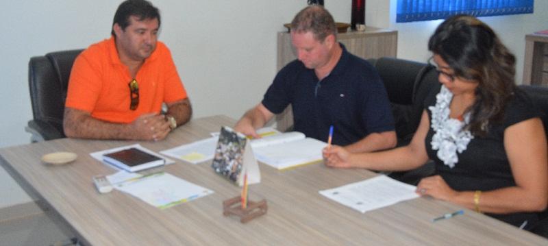Prefeito Macarrão, Secretario Meio Ambiente Juliano Simionato e Beneficiaria Jandira