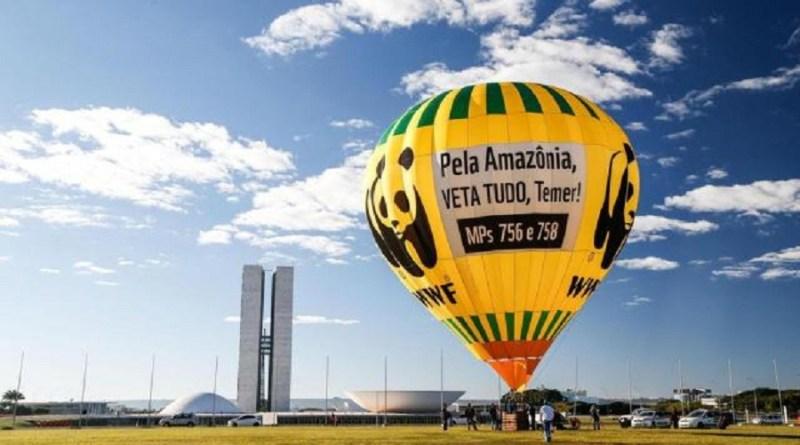 Balão de ar quente da ONG WWF Brasil foi inflado na Esplanada dos Ministérios, em Brasília, em protesto contra MPs 756 e 758 Foto: Marco Antônio Teixeira / WWF Brasil