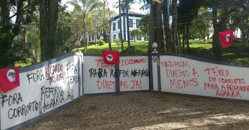 Grupo ligado ao MST ocupou Fazenda Santa Rosa, em Piraí, nesta terça-feira (Foto: Fabrício Werneck/TV Rio Sul)