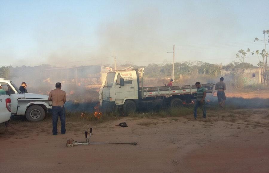 Caminhão estacionado em pátio de posto de combustível quase pega fogo